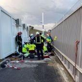 Trabajador accidentado tras caerle encima un portón metálico en Loeches