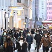 Gente por la calle con mascarillas