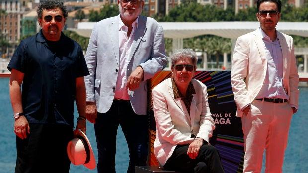 Parte del elenco de 'Hombre muerto no sabe vivir' posa en el photocall oficial del Festival de Málaga