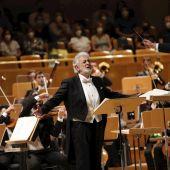 Con aplausos, vítores y parte de los asistentes en pie ha recibido el público de Madrid al tenor Plácido Domingo (c), visiblemente emocionado, en el concierto ofrecido este miércoles en el Auditorio Nacional, que ha supuesto su reaparición tras dos años alejado de los escenarios españoles