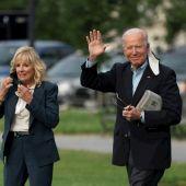 El presidente de EE.UU., Joe Biden (d), y la primera dama estadounidense, Jill Biden, salen de la Casa Blanca, en Washington, este 9 de junio de 2021