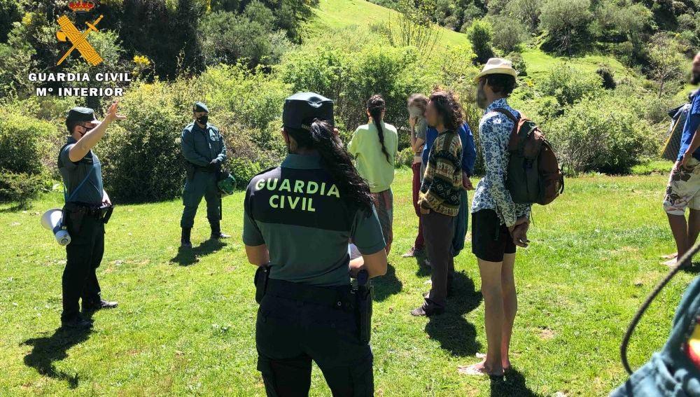 La Guardia Civil sanciona a 76 hippies acampados en la sierra