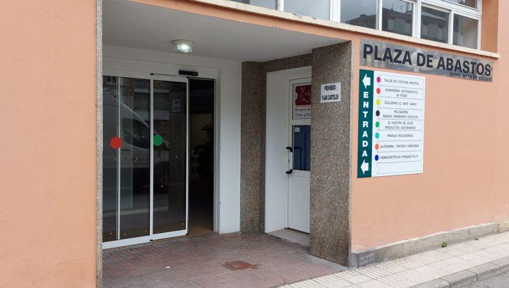 Puertas nuevas en Plaza Abastos Luarca.