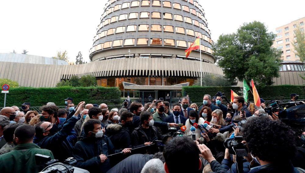 El presidente de Vox, Santiago Abascal, a las puertas del Tribunal Constitucional tras presentar el recurso.