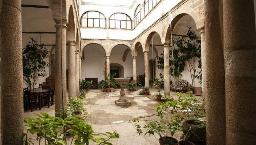 Cáceres enseña sus patios monumentales en una ruta guiada