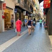 Algunos turistas y residentes paseando por la calle Jaume II de Palma.