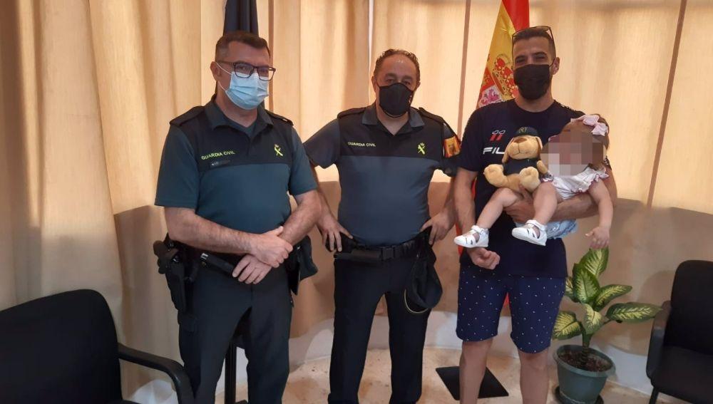 Agentes de la Guardia Civil con la bebé auxiliada
