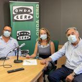 El director regional de Atresmedia Radio, Juan Carlos Enrique, la jefa de Redacción de Onda Cero Mallorca, Elka Dimitrova, y el director del 'Última Hora', Miquel Serra, en los estudios de Onda Cero Mallorca (de izquierda a derecha).