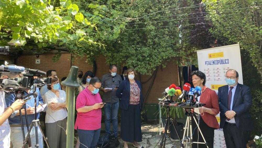 Celaá e Iceta, este jueves durante la rueda de prensa previa en el IES Pedro Mercedes