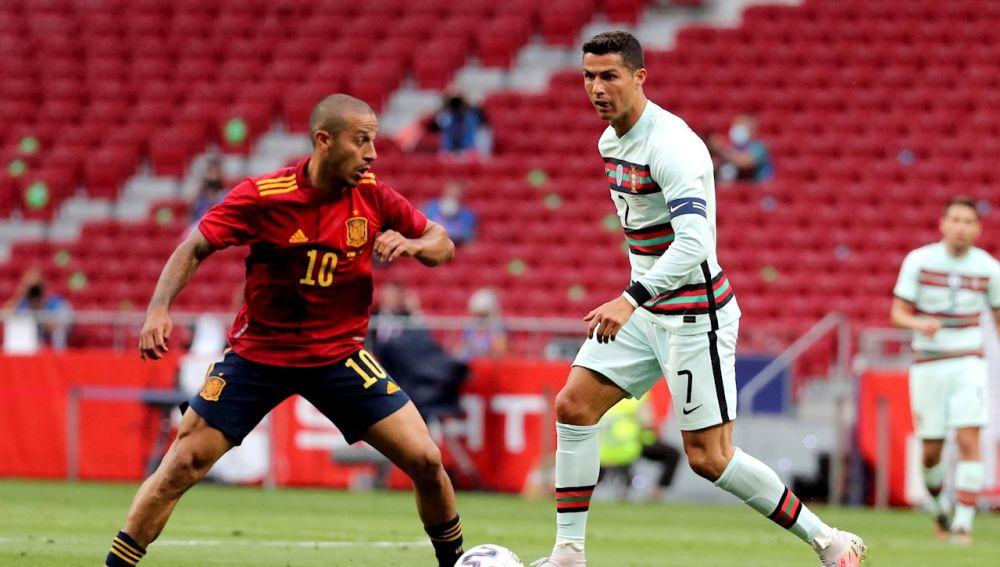 Thiago disputa un balón con Cristiano Ronaldo en el último España - Portugal