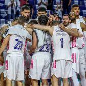 Los jugadores del Real Madrid celebran el pase a la final de la Liga ACB