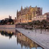 Atardecer en el Parc de la Mar de Palma, con la Catedral de Mallorca y el Palacio Real de La Almudaina al fondo