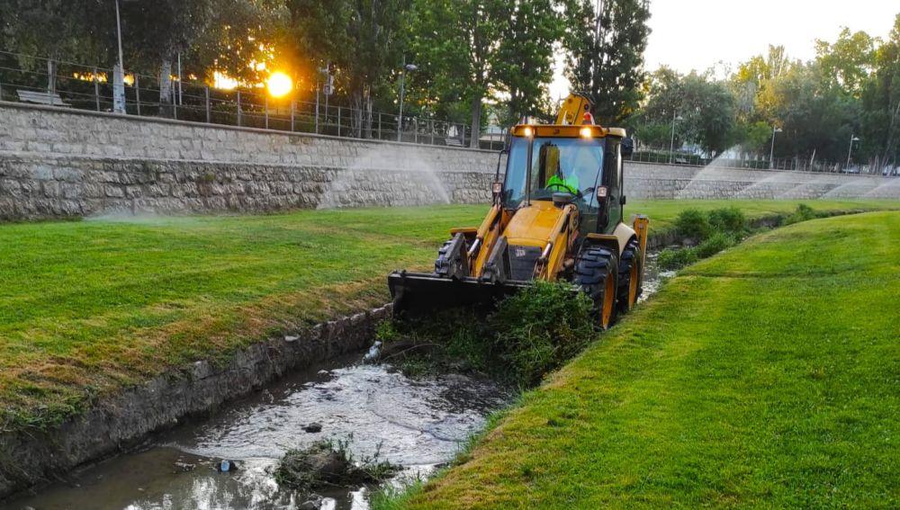 Críticas a la limpieza del cauce del río Isuela