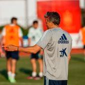 Luis Enrique conversa con Eric García en un entrenamiento en Las Rozas