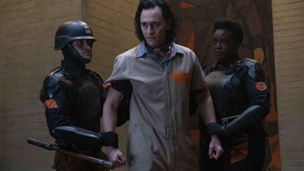 Los actores Tom Hiddleston (c) y Wunmi Mosaku (d), en una imagen promocional de la serie 'Loki'