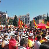 Miles de personas llenan la Plaza de Colón