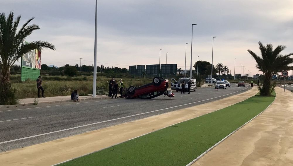Vehículo volcado en el accidente ocurrido en Elche.