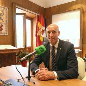 José Antonio Díez, alcalde de León atendiendo los micrófonos de Onda Cero desde su despacho.