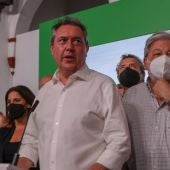 El alcalde de Sevilla, Juan Espadas, ganador de las primarias del PSOE andaluz, dirigiéndose a los afiliados