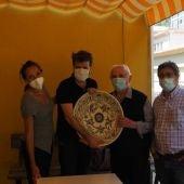 Antonio Pérez, junto al artista con uno de sus populares platos, y Carmen Mota, del estudio Mota y Vignolo