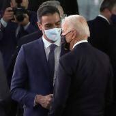 Saludo entre Pedro Sánchez y Joe Biden en Bruselas.