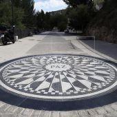 Esta pieza de mármol y granizo en el paseo del Huécar de la ciudad de Cuenca recuerda a Laura y Marina, asesinadas por Sergio Morate en 2015