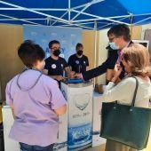 Agua del grifo refrigerada en el punto de vacunación masiva de Alicante