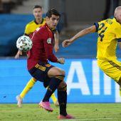 Morata pelea un balón en el partido ante Suecia