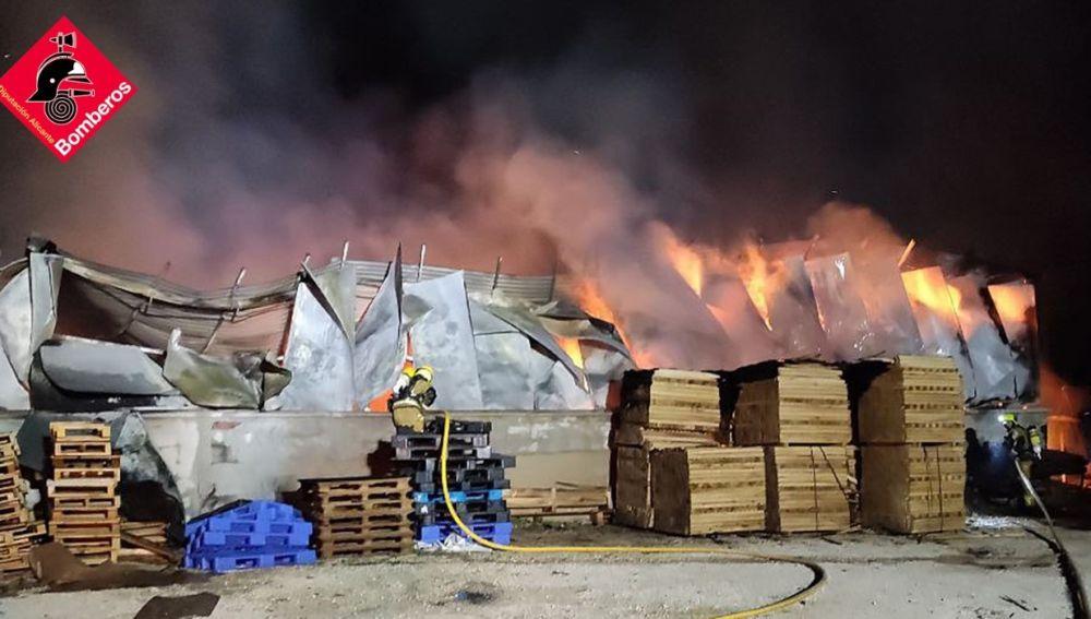 Incendio en una fábrica de palets de Elche.