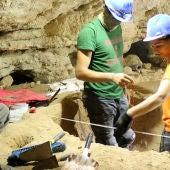 Trabajos en la Cueva de los Toriles (Carrizosa)