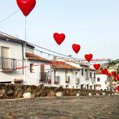 Una calle de Grazalema, vestida para la noche romántica