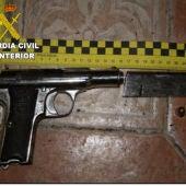 El arma recuperada por la Guardia Civil, lista para disparar