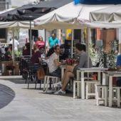 Clientes en una terraza de un bar en el centro de Sevilla
