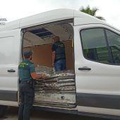 Agentes de la Guardia Civil en la furgoneta que llevaba la marihuana.