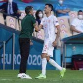 Sergio Busquets y Luis Enrique se saludan en el cambio durante el España - Eslovaquia