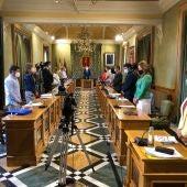 Los ediles al comienzo del pleno en el Ayuntamiento de Cuenca, donde se ha guardado un minuto de silencio por las víctimas de la violencia de género