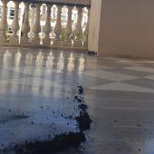 El bote de humo en el balcón de la planta noble del Ayuntamiento de Cádiz