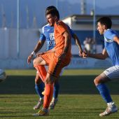 Un jugador del Athletic Club Torrellano recibe el balón en el partido ante el CFI Alicante.