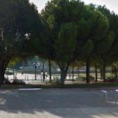 La tirolina se encuentra en un parque infantil cerca del cementerio