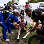 Un corredor siendo atendido en el Tour de Francia