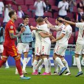 Los jugadores de Dinamarca celebrando un gol ante Gales