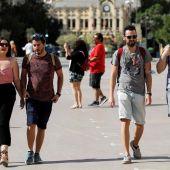 Varias personas paseando por Valencia sin mascarilla