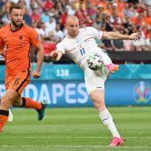 Los jugadores de la República Checa y Holanda disputándose un balón