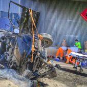 Efectivos de emergencias asistiendo a uno de los heridos en el accidente en Monforte del Cid.