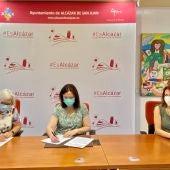El Ayuntamiento de Alcázar y AFADIS renuevan el convenio de colaboración para el transporte adaptado