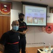 Un momento de la charla preventiva de los bomberos de Alicante