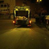 Un camión recogiendo basura en El Puerto
