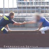 Bombero de Sevilla convence a un hombre para que no salte al vacío