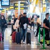Vista de pasajeros en la terminal T-4 del aeropuerto Madrid- Barajas Adolfo Suárez.