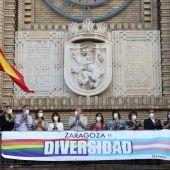 El Ayuntamiento de Zaragoza ha colgado una pancarta por el Orgullo